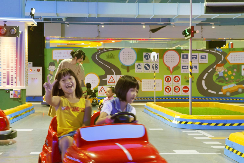 即將啟用的「小小駕訓班」適合3至8歲的孩童,由中華車會所派駐的專業講師,結合FIA「Golden Rules」道安教材,以情境式體驗方式,帶領孩子實際模擬練習「紅燈停、綠燈行」等交通安.jpg