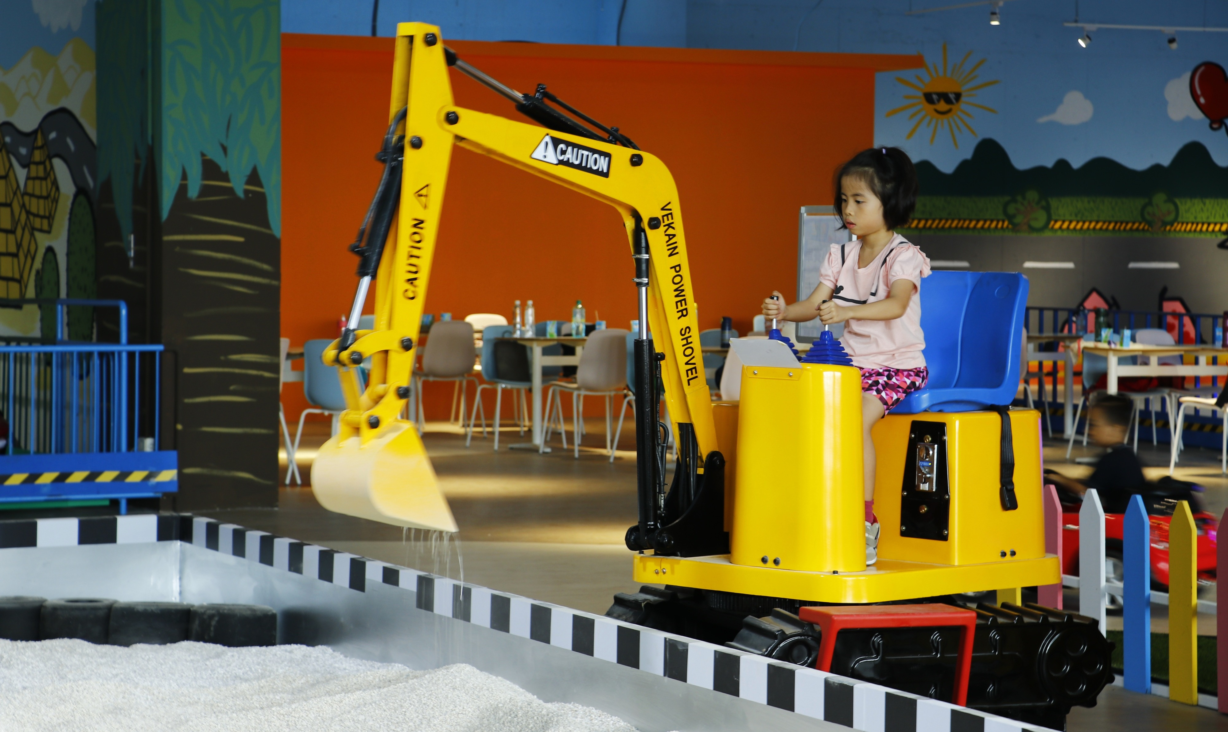新開幕的「兒童交通安全教育中心」位於台中麗寶國際賽車場全館佔地800坪引進歐洲進口的遊樂設施,「小小怪手」特別受到小朋友喜愛。.jpg